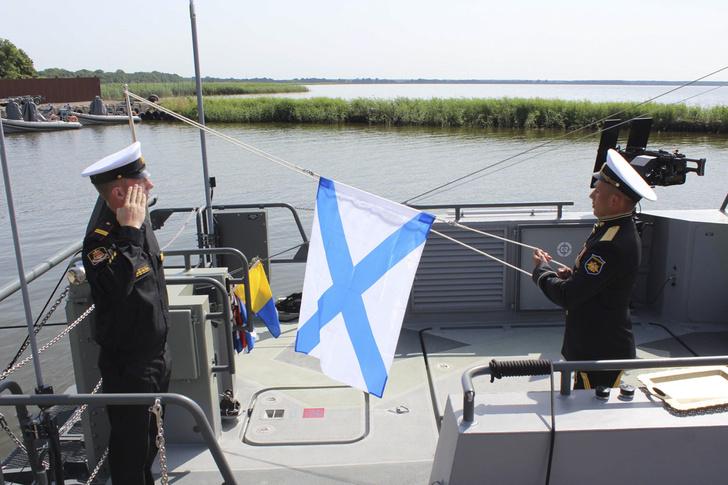 На новейших десантных катерах Балтийского флота поднят Военно-морской флаг